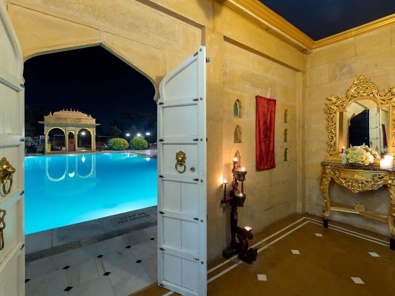 Pool in Komforthotel in Jaisalmer bei einer Gruppenreise in Nordindien