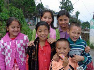 Gruppenfoto mit Kindern Darjeeling