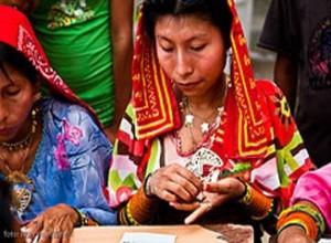 Kuna vrouw in traditionele kleding