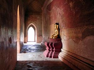 Buddha in einem Tempel von Bagan