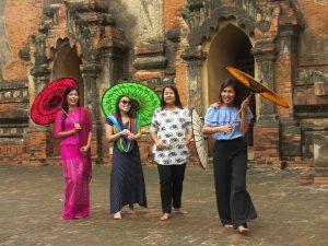 Lachende Frauen auf dem Tempelfeld von Bagan