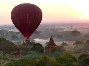 Heißluftballon über den Tempeln