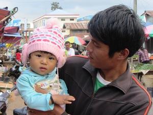 Neugieriges Kleinkind bei Pyin Oo Lwin