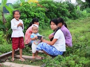 Freundliche Familie am Bahngleis bei Hsipaw