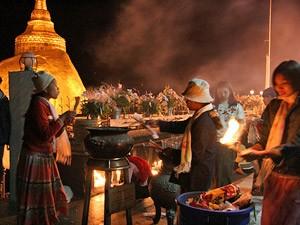 Myanmar Strand Rundreise: Festliche Atmosphäre beim goldenen Felsen