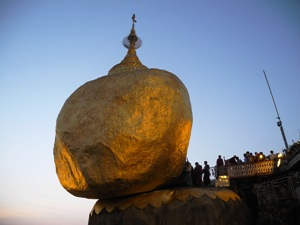 Goldener Fels zur Abenddämmerung