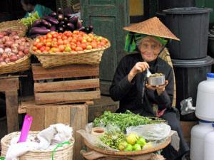 Freundliche Verkäufer auf dem lokalen Markt