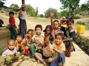 Neugierige Kinder bei Kyaukme und Hsipaw