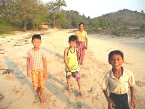 Kinder in der St Andrew's Bay in der Nähe von Ngapali Beach