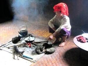 Trekking in Myanmar: Kochstelle in einem Pa-O Haus