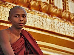 Mönch bei der Shwedagon Pagode