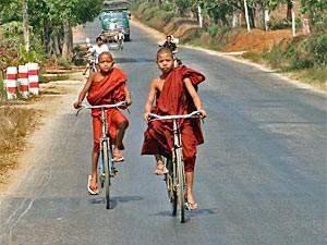 Kleine fahrradfahrende Mönche