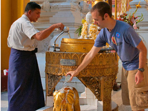 Opfergabe bei der Shwedagon Pagode in Yangon