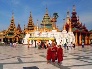 Mönche auf dem Gelände der Shwedagon Pagode