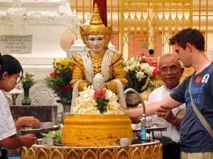 Vom Mergui Archipel nach Yangon: Opfergabe bei der Shwedagon Pagode in Yangon