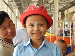 Bemalter Junge mit rotem Hut