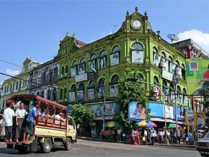 Myanmar Individualreise - Straße mit Kolonialbauten in Yangon