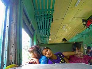 Kinder im Zug von Kalaw zum Inle See