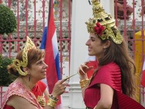 Zwei geschmückte Frauen schauen sich an