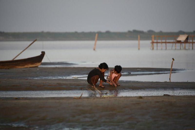 Kinder am Ufer des Irrawaddy-Flusses in Bagan
