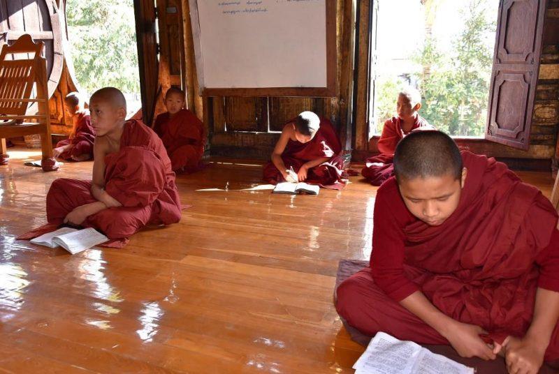 Mönche beim Unterricht am Inle-See