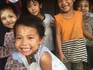 Freundliche und neugierige Kinder in Kengtung