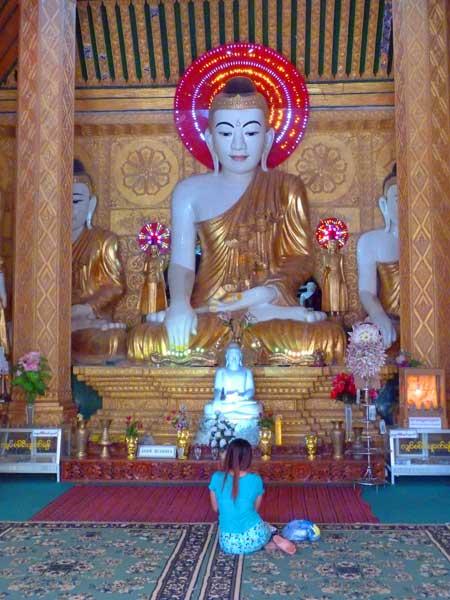 betende Buddhistin in Myanmar