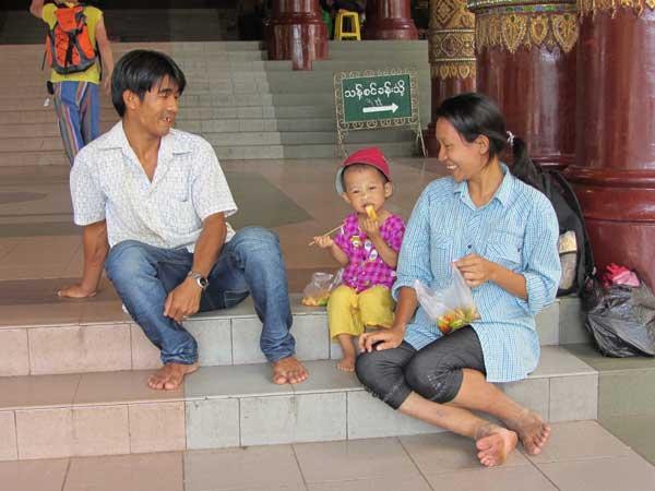 Freundliche Familie in Yangon
