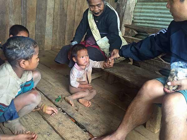 Kinder und Guide im Akha Dorf