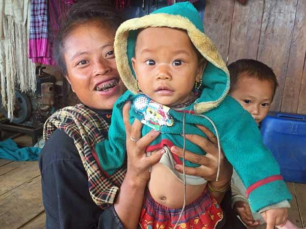 Freundliche Familie in einem Bergdorf bei Keng Tung