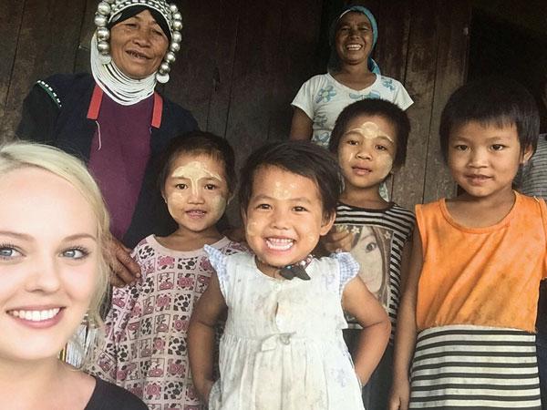 Lokale Kinder im Bergdorf bei Kengtung