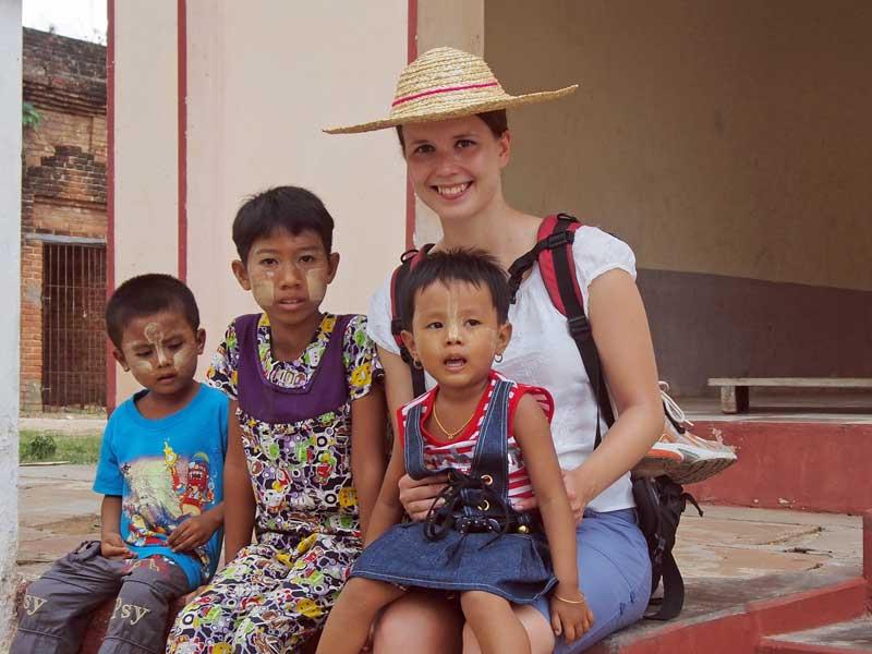 Reisespezialistin Alena mit Kindern in Myanmar