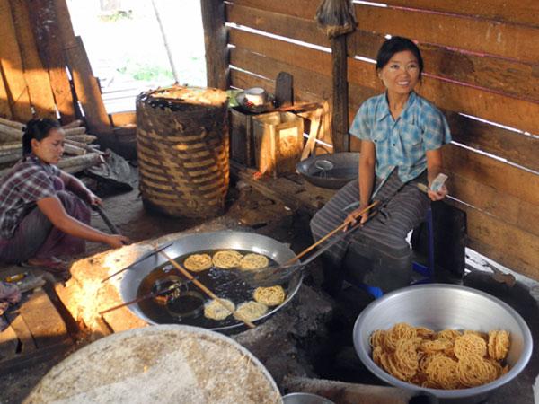 In Kyaukme gönnten wir uns vor der Wanderung einen Snack