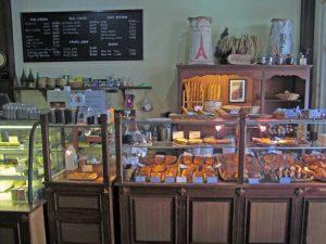Französische Köstlichkeiten in einer Bäckerei in Laos