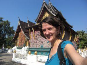 Reisende vor einem Tempel in Luang Prabang