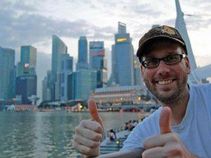 Reisender vor der Skyline auf seiner Singapur Reise