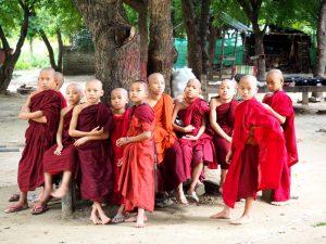 Mönchskinder im Kloster