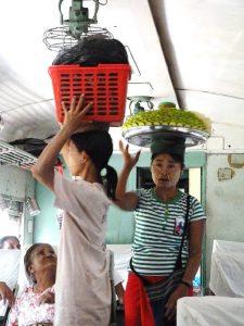 Myanmar Strand Rundreise: Verkäuferinnen im Zug