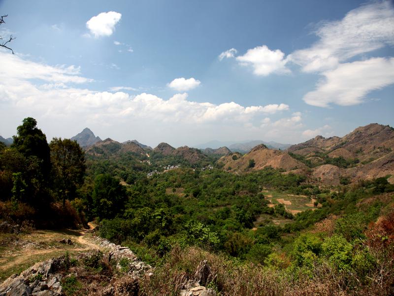 Myanmar Trekking durch grüne Landschaften