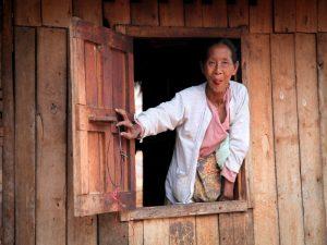 Begrüßung älteren Frau