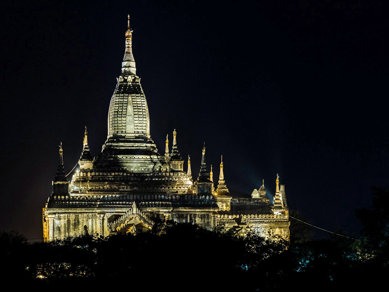 Beleuchteter Tempel in Bagan