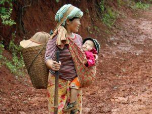 Frau mit Kind auf dem Weg zum Danu-Dorf
