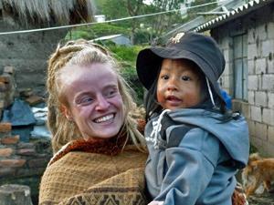 Mitarbeiterin des Guesthouses mit einem Indiojungen