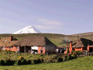 Hazienda vor dem Vulkan im Cotopaxi Nationalpark