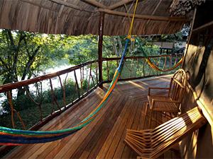 Hängematte auf der Terrasse der Dschungellodge in Amazonien