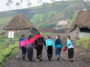 Mädchen auf der Dorfstraße hoch oben in den Anden