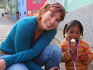 einheimisches Mädchen mit Eis