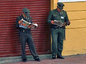 Polizisten in Quito beim Zeitung lesen