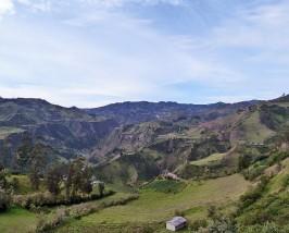 Grüne Umgebung bei der Laguna Quilotoa