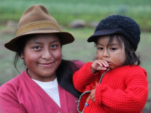 Eine Indio-Frau trägt Kind auf dem Arm
